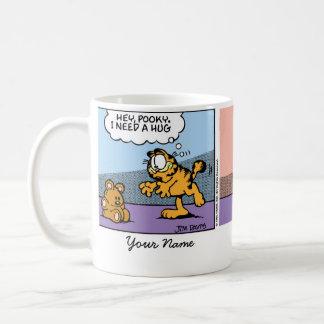 """""""Necesite historieta de Garfield de un abrazo"""" Taza Clásica"""