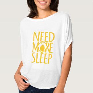 Necesite más camiseta blanca del lema del bostezo poleras