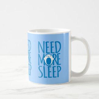 Necesite más taza blanca azul del lema del sueño