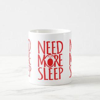 Necesite más taza blanca roja del lema del sueño