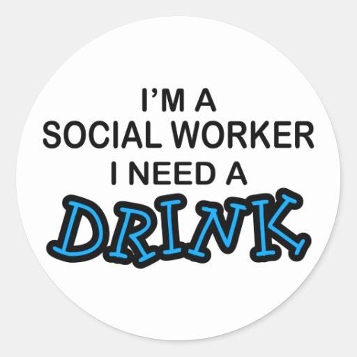 Necesite una bebida - asistente social pegatina redonda
