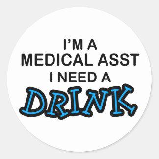 Necesite una bebida - Asst médico Pegatina Redonda