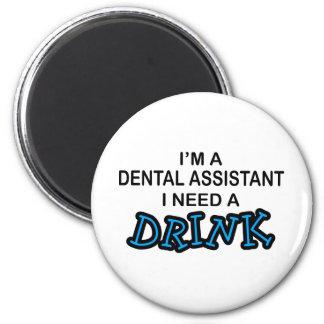 Necesite una bebida - ayudante de dentista imán redondo 5 cm