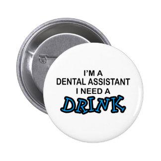 Necesite una bebida - ayudante de dentista pin redondo de 2 pulgadas