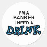 Necesite una bebida - banquero pegatinas