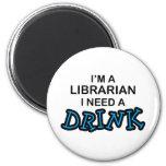 Necesite una bebida - bibliotecario imán para frigorifico