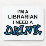 Necesite una bebida - bibliotecario alfombrillas de ratones