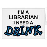 Necesite una bebida - bibliotecario tarjeta