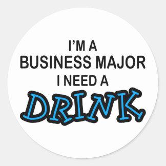 Necesite una bebida - comandante del negocio pegatina redonda