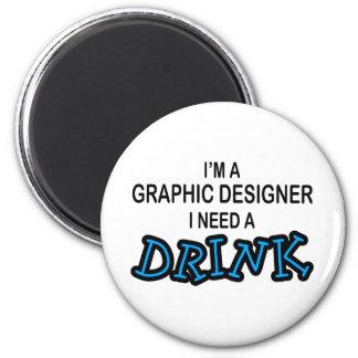 Necesite una bebida - diseñador gráfico imán redondo 5 cm