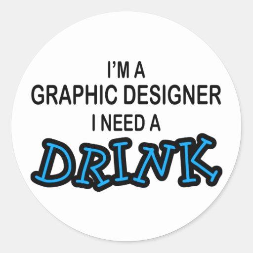 Necesite una bebida - diseñador gráfico pegatina redonda