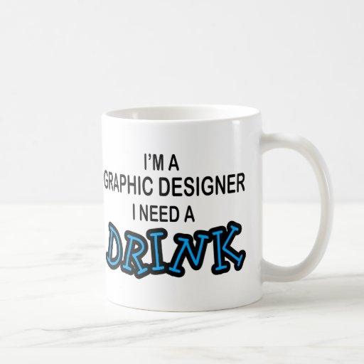 Necesite una bebida - diseñador gráfico taza