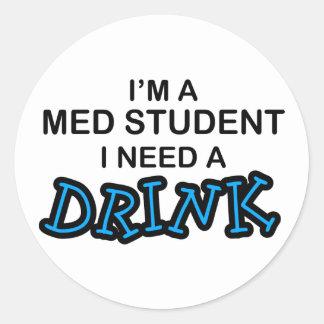 Necesite una bebida - estudiante del MED Pegatina Redonda