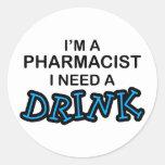 Necesite una bebida - farmacéutico pegatina redonda