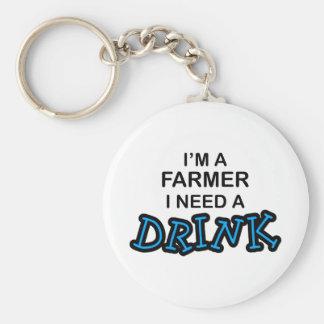 Necesite una bebida - granjero llavero redondo tipo pin