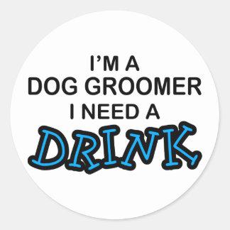 Necesite una bebida - Groomer del perro Etiqueta Redonda