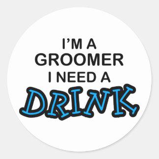 Necesite una bebida - Groomer Etiquetas Redondas
