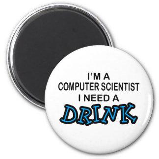 Necesite una bebida - informático imán redondo 5 cm