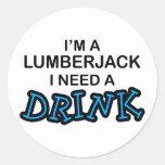 Necesite una bebida - leñador pegatina redonda