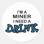 Necesite una bebida - minero pegatina redonda