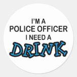 Necesite una bebida - oficial de policía etiqueta redonda