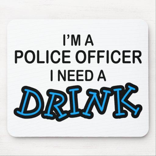 Necesite una bebida - oficial de policía alfombrillas de ratón