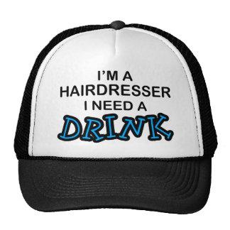 Necesite una bebida - peluquero gorras de camionero