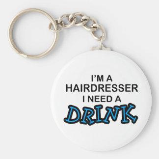 Necesite una bebida - peluquero llavero redondo tipo pin