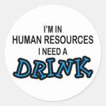 Necesite una bebida - recursos humanos pegatina redonda