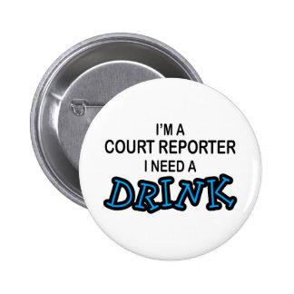 Necesite una bebida - reportero de corte pin redondo de 2 pulgadas