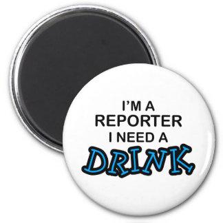 Necesite una bebida - reportero imán redondo 5 cm