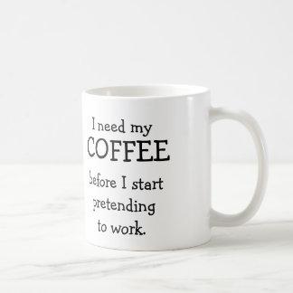 Necesito mi CAFÉ antes de fingir trabajar Taza Clásica