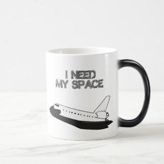 Necesito mi taza cambiante del color del espacio