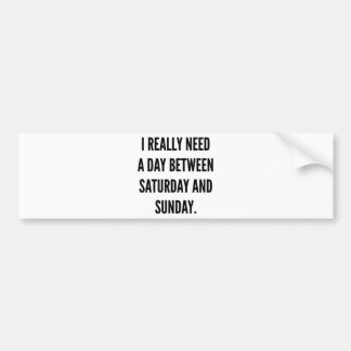 Necesito realmente un día entre sábado y domingo etiqueta de parachoque