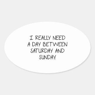 Necesito realmente un día entre sábado y domingo pegatina ovalada