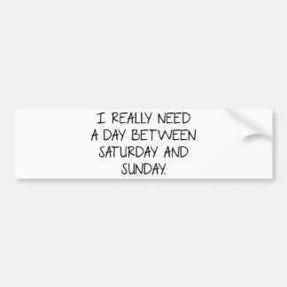 Necesito realmente un día entre sábado y domingo pegatina para auto