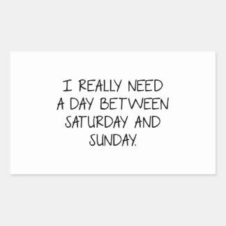 Necesito realmente un día entre sábado y domingo pegatina rectangular