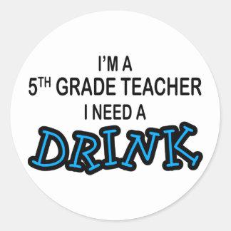 Necesito una bebida - 5to grado pegatina redonda