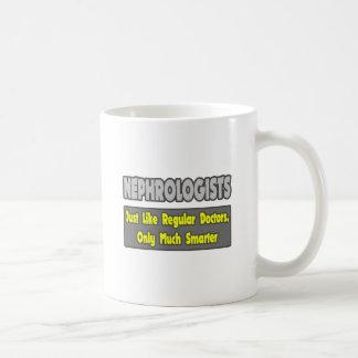 Nefrólogos… más elegantes taza básica blanca