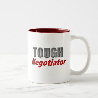 Negociador duro taza de café de dos colores