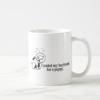 Negocié a mi novio para un perro retro del espacio taza básica blanca