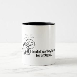 Negocié a mi novio para un perro retro del espacio taza dos tonos