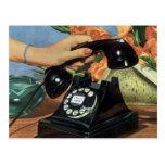 Negocio del vintage, mano de la mujer del teléfono tarjetas postales