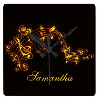 Negro adaptable y notas musicales que remolinan reloj cuadrado
