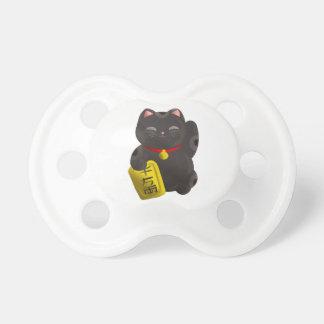 Negro afortunado del gato chupetes