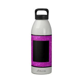 Negro atractivo femenino con el marco rosado brill botella de beber