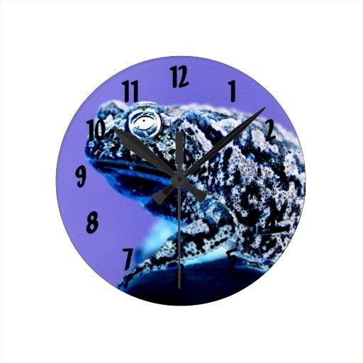 Negro azul invertido foto del sapo de la rana reloj redondo mediano