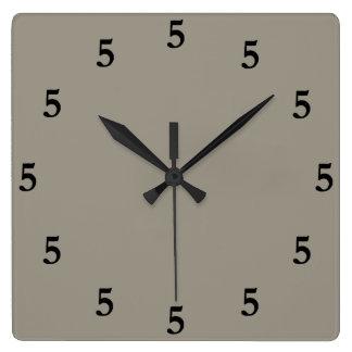 Negro cinco en punto en alguna parte, gris reloj cuadrado