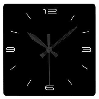 Negro con clase con los relojes cuadrados blancos