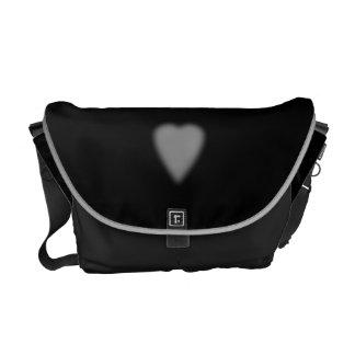 Negro con el corazón brumoso bolsa de mensajeria